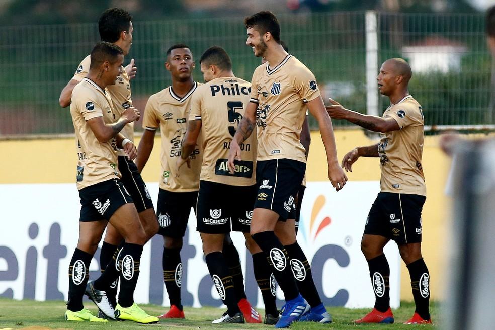 aafc934b5c ... Santistas comemoram um dos gols da goleada sobre o Bragantino — Foto   LUIS MOURA