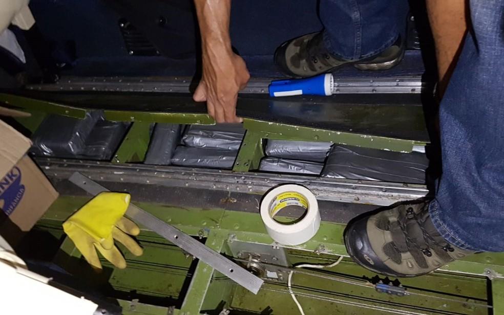 Cocaína estava escondida em assoalho de avião apreendido em Goiânia (Foto: Reprodução/TV Anhanguera)