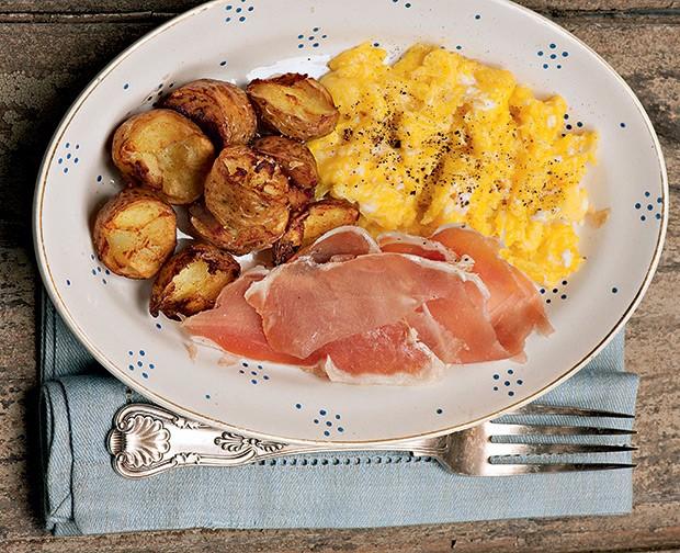 Ovos mexidos com batatas e copa (Foto: Iara Venanzi/Casa e Comida)