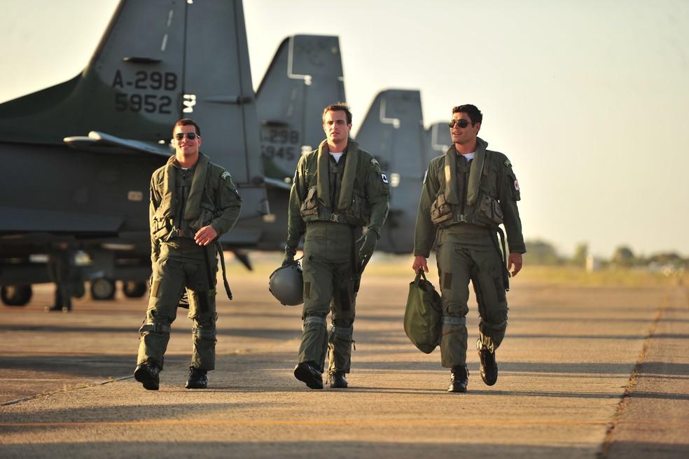 Rodrigo (Thiago Martins), Ciro (Max Fercondini) e Amadeu (Dudu Azevedo) são os pilotos amigos de Cassiano (Henri Castelli), em 'Flor do Caribe' — Foto: João Miguel Júnior/Globo