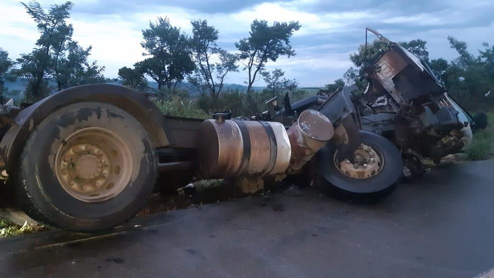 Acidente entre carretas deixa morto e ferido na BR-262, em Ibiá