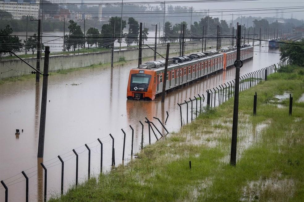 Imagem de arquivo mostra trem da linha 9-Esmeralda parado no meio da enchente próximo a estação Villa Lobos-Jaguaré, na Zona Oeste de São Paulo — Foto: Aloisio Mauricio/Fotoarena/Estadão Conteúdo