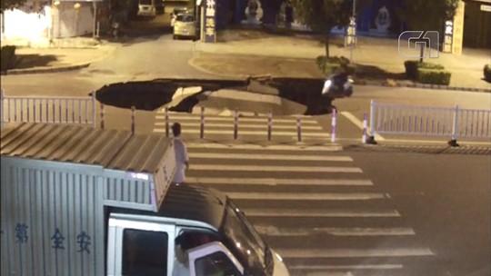 Vídeo mostra momento em que motoqueiro cai em cratera em rua na China