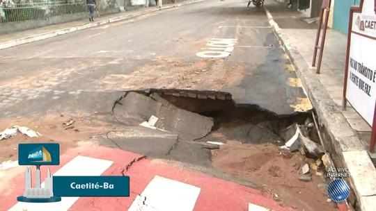 Após enxurrada, cidade no sudoeste da Bahia tem cratera em pista e família desabrigada