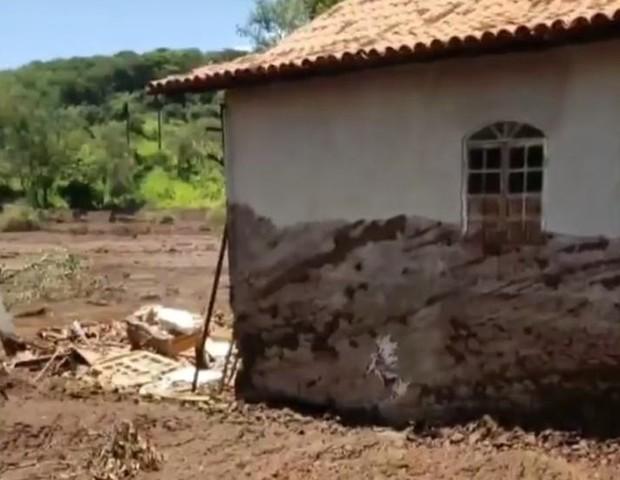Marca na casa mostra até onde a lama chegou (Foto: Guilhermina Abreu)