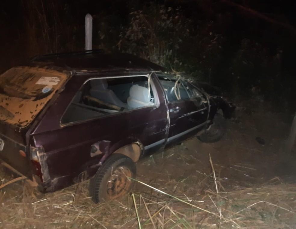 Carro capotou na MGC-342 e quatro pessoas ficaram feridas — Foto: Corpo de Bombeiros/ Divulgação