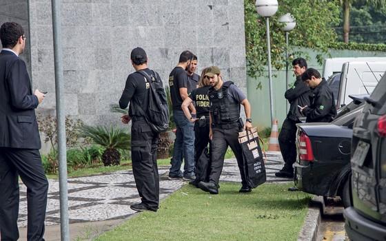 Agente da Polícia Federal durante operação Greenfield  (Foto:  Marivaldo Oliveira/Código19 / Agência O Globo)