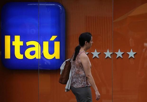 Mulher caminha em frente a agência do Itaú no Rio de Janeiro (Foto: Sergio Moraes/Reuters)