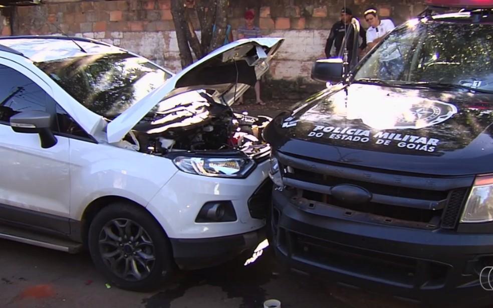 Criminosos bateram carro em viatura da Polícia Militar, em Goiânia, Goiás (Foto: TV Anhanguera/Reprodução)
