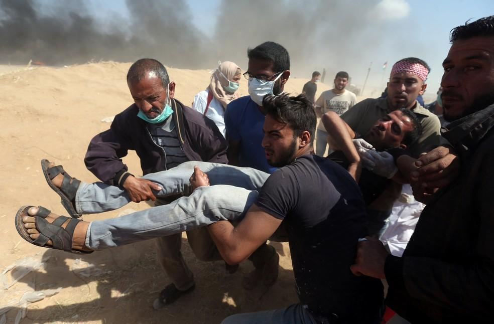 -  Palestino ferido é transportado nesta terça-feira  15  durante protesto na Faixa de Gaza  Foto: Ibraheem Abu Mustafa/Reuters