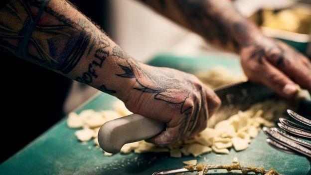 Gestora de talentos diz que empresários ainda pedem para que sejam filtrados candidatos com tatuagem (Foto: Getty Images via BBC News Brasil)