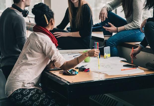 Estudantes discutem projeto; faculdade (Foto: Pixabay)