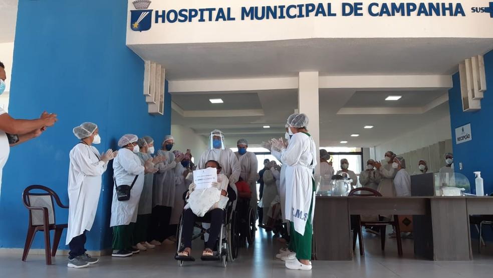 Pacientes do Amazonas recebem alta no Hospital de Campanha de Natal e retornam a Manaus — Foto: Sérgio Henrique Santos/Inter TV Cabugi
