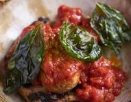 Receita de avó: almôndega recheada com molho de tomate caseiro