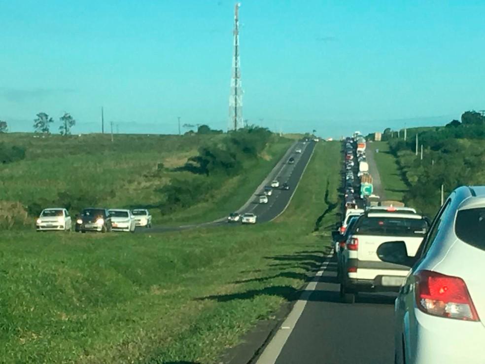 Acidente deixa longo congestionamento na BR-324, sentido Salvador (Foto: Rafaela Ribeiro/ G1)