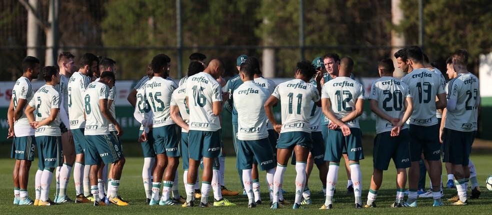 Cuca conversa com os jogadores na Academia de Futebol do Palmeiras (Foto: Cesar Greco / Ag. Palmeiras)