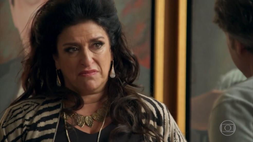 Teodora (Grace Gianoukas) se revolta com o pedido de divórcio de Aparício (Alexandre Borges) — Foto: Globo