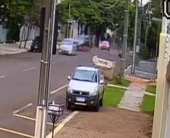 Moto bate na lateral de carro, e dois homens morrem, em Cascavel