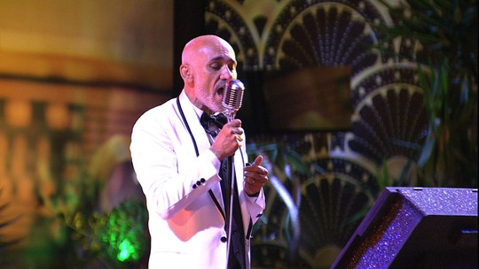Ayrton canta no karaokê e dedica: 'À mulher da minha vida'