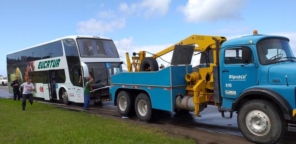 Ônibus foi retirado após passar horas parado na entrada de Florianópolis — Foto: Júlio Ettore/NSC TV