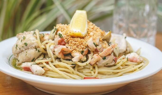Espaguete com frutos-do-mar leva ainda vinho branco no preparo