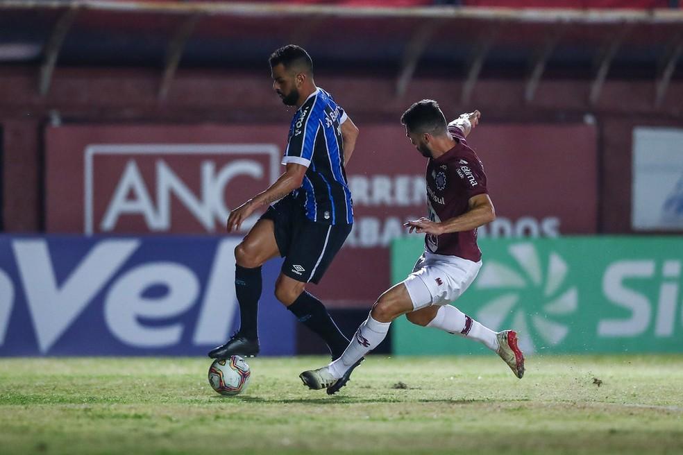 Maicon por vezes trocou de função com Jean Pyerre — Foto: Lucas Uebel / Grêmio FBPA