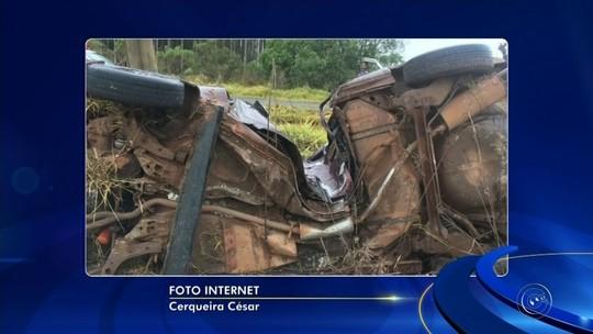 Motorista morre após capotar e bater carro em poste em rodovia
