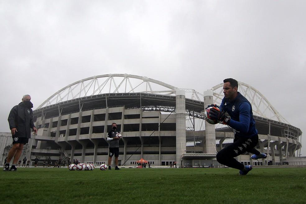 Paraguaio trabalha com preparadores para recuperar forma física e técnica — Foto: Vitor Silva/Botafogo