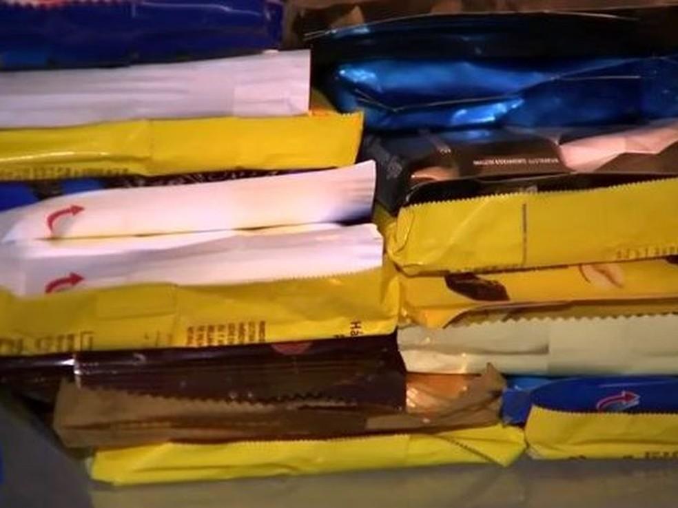 -  São necessárias aproximadamente 500 barras de chocolate para atender os moradores de rua  Foto: TV TEM/Reprodução