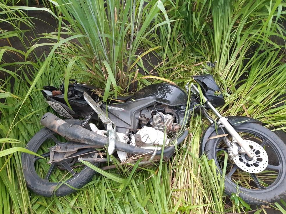 Os dois assaltantes conduziam uma motocicleta no momento da tentativa de assalto na BR-010 — Foto: Divulgação/Polícia Rodoviária Federal