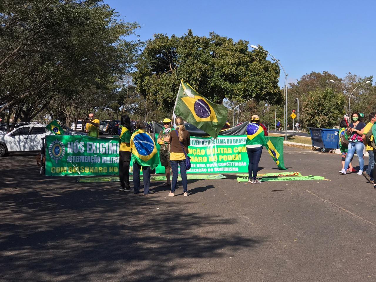 Apoiadores de Bolsonaro fazem ato em defesa de medidas inconstitucionais em Brasília
