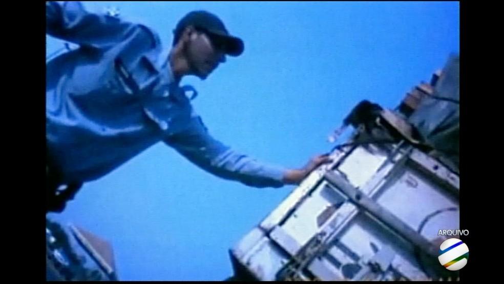 Militares aceitaram R$ 200 para liberar motorista com carga de madeira (Foto: TVCA/Reprodução)