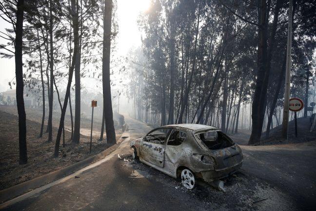 Carro abandonado em rodovia após incêndio florestal perto de Pedrógão Grande, Portugal  (Foto: Rafael Marchante / Reuters)
