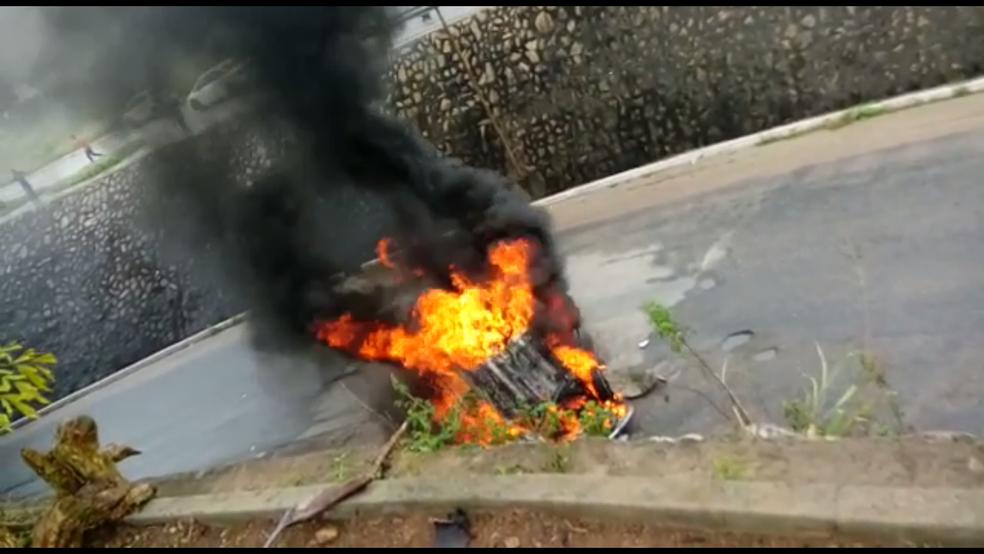 Carro pegou fogo após cair de uma altura de 10 metros, em Garanhuns (Foto: Reprodução/WhatsApp)