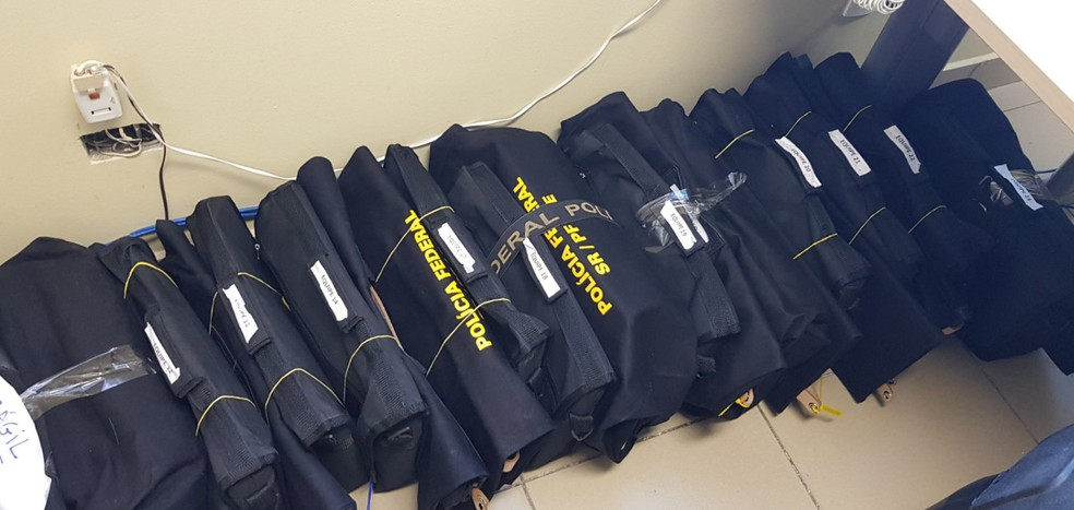 Documentos apreendidos na Operação Fantoche são analisados pela PF — Foto: Polícia Federal/Divulgação