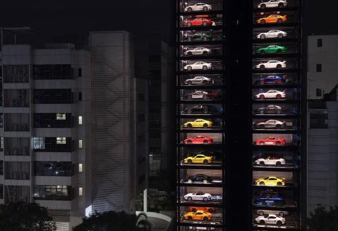 Carros de luxo empilhados em concessionária de Cingapura