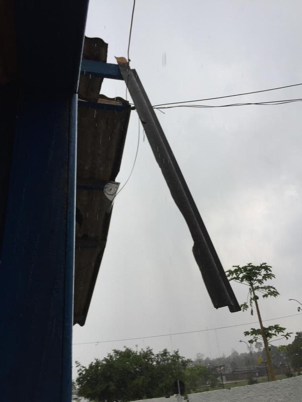 Casas também ficaram sem parte do teto por causa dos ventos fortes.  — Foto: Jonas Cézar/Arquivo pessoal