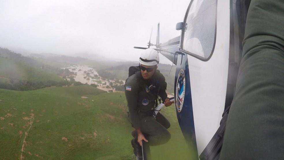 Equipe do Notaer procurando por vítimas que precisavam de resgate no Sul do ES — Foto: Divulgação/Notaer-ES