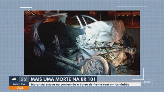Idosa de 80 anos bate na contramão e carro pega fogo na BR-101 em SC; VÍDEO