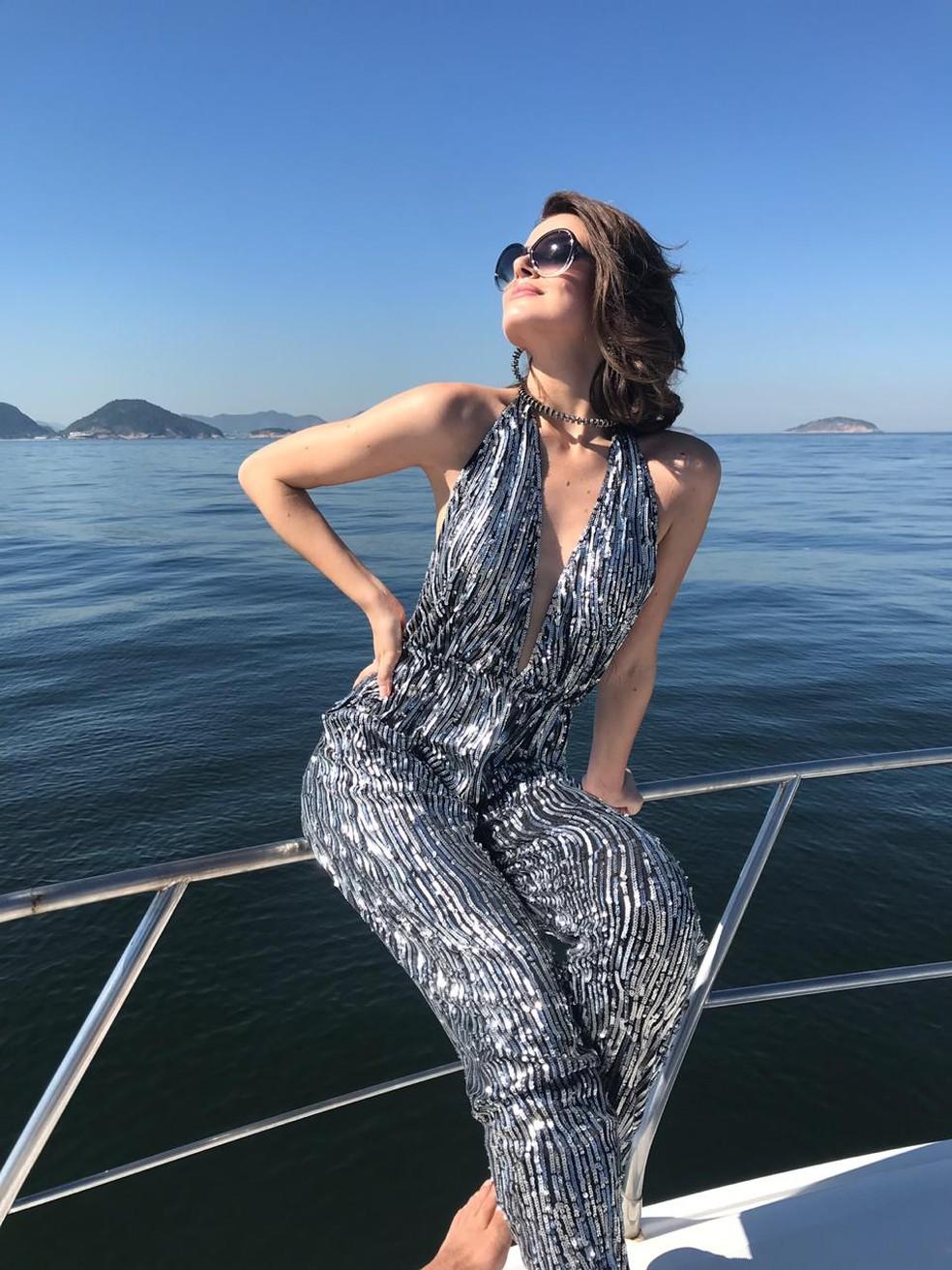 Toda glamourosa, Vanessa (Camila Queiroz) vai ao encontro de Jerônimo e o convida para ir ao iate dela e de Galdino (Gabriel Godoy) — Foto: Tayná Tanaka/Globo
