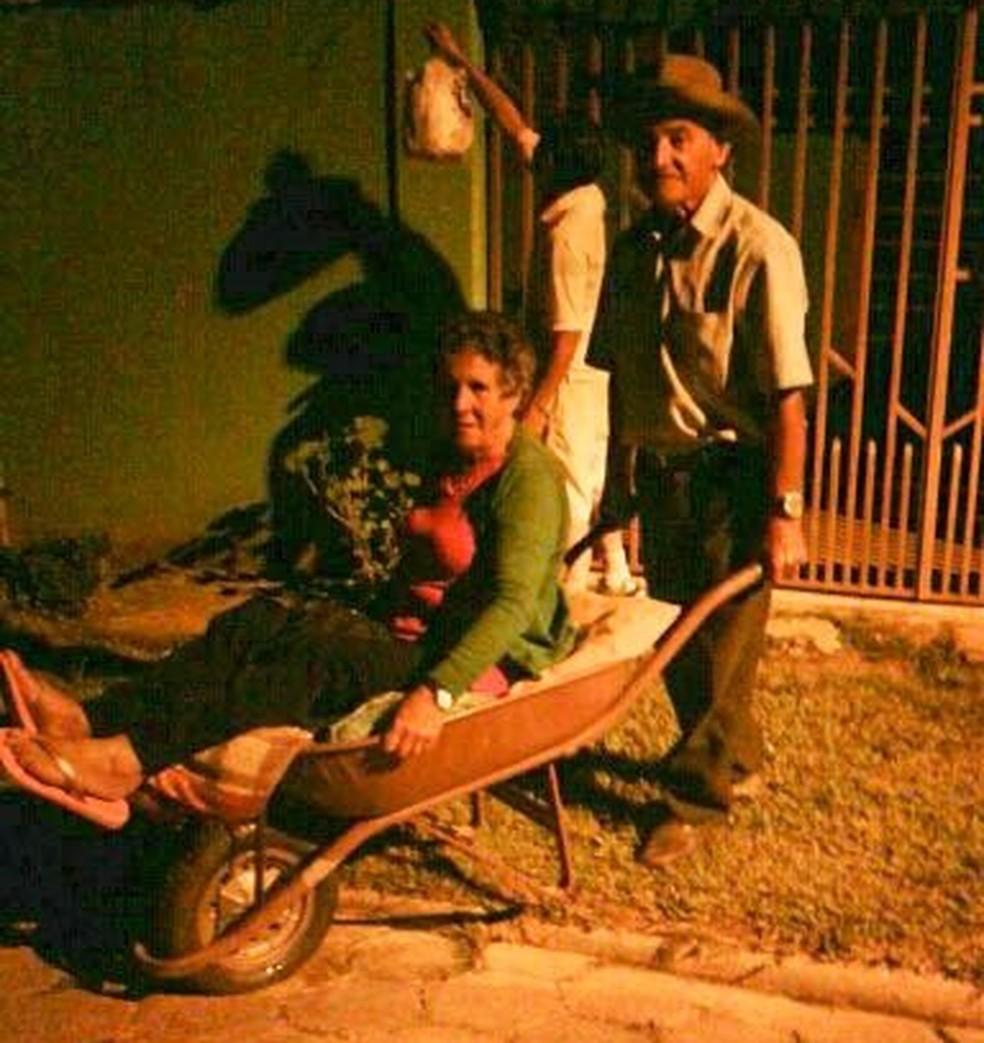 Casal usa transporte improvisado para hospital (Foto: Zilda de Andrade/Vanguarda Repórter)