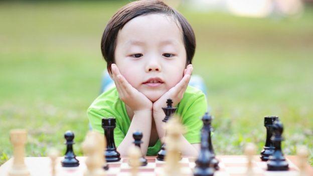 Novas maneiras de desafiar as crianças podem ajudá-las a adquirir habilidades essenciais para lidar com o mundo (Foto: Getty Images via BBC News Brasil)