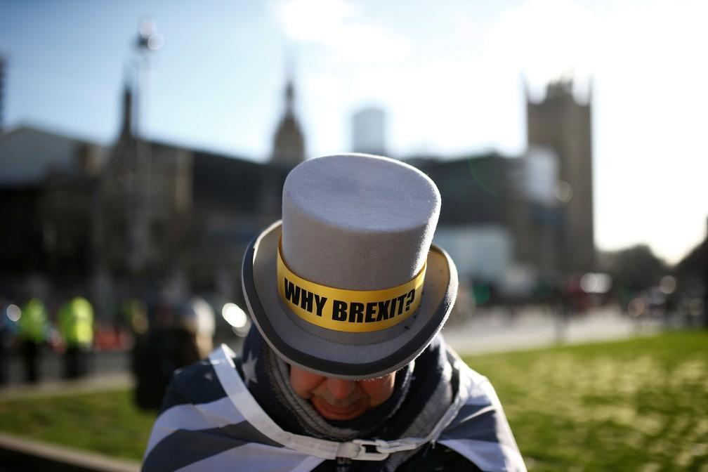 Manifestante anti-Brexit diante do Parlamento britânico, em Londres, nesta quarta (29) — Foto: Henry Nicholls/Reuters