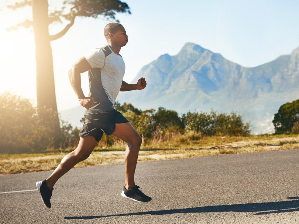 Postura correta da corrida acontece quando mantemos o quadril firme e bem alinhado ao resto do corpo — Foto: Istock
