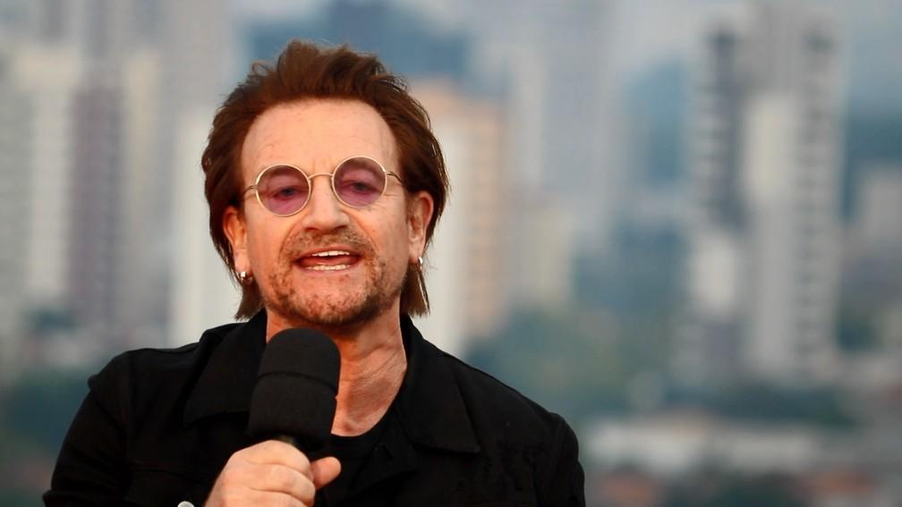 Bono do U2 canta em São Paulo — Foto: Fantástico/ Reprodução