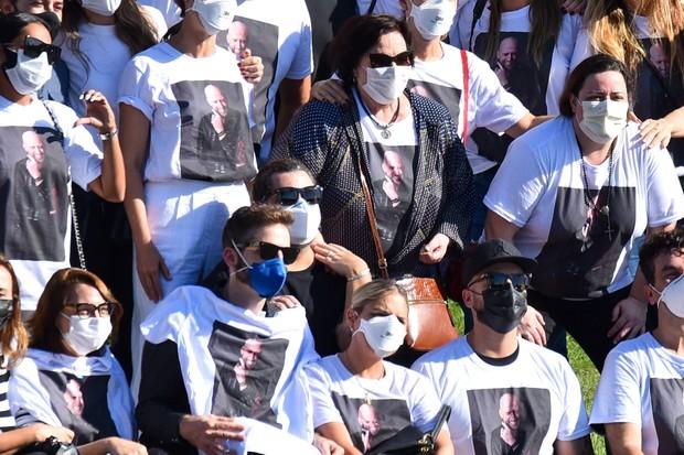 Familiares e amigos usam camiseta em homenagem a Paulo Gustavo durante cremação (Foto: Marcelo Sá Barretto/ Agnews)