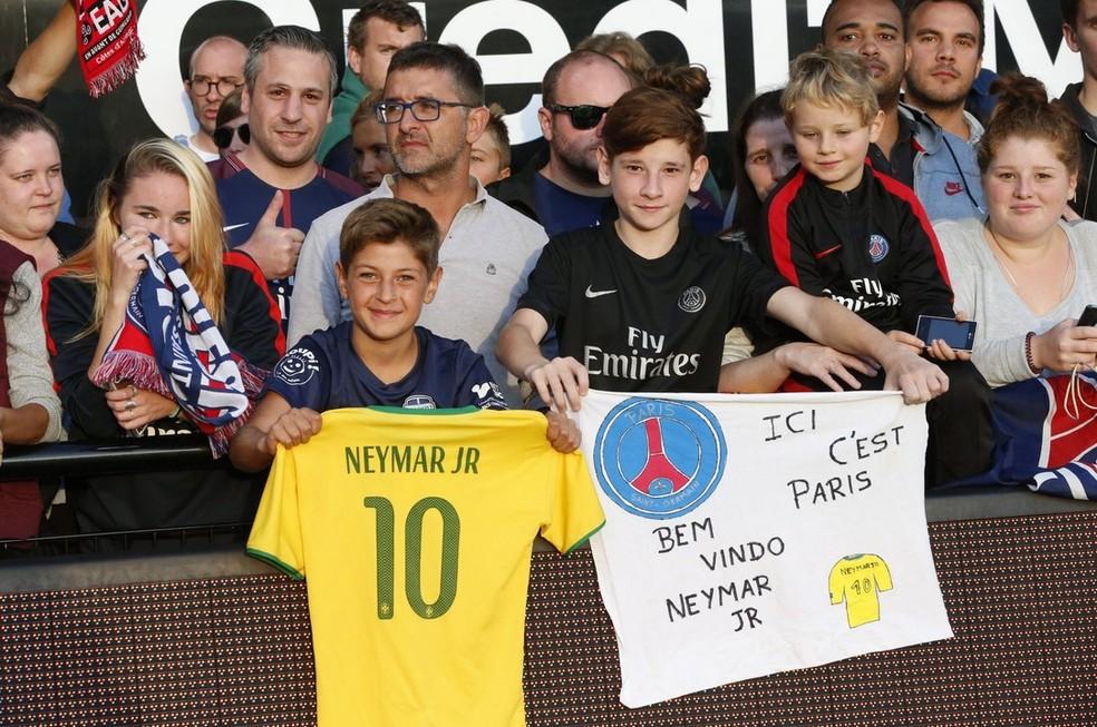 Torcida do PSG homenageia Neymar no jogo em Guingamp (Foto: Twitter oficial do PSG)