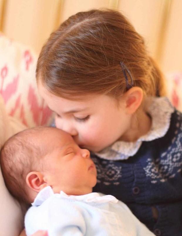 Príncipe Louis com a irmã, Charlotte (Foto: Divulgação)