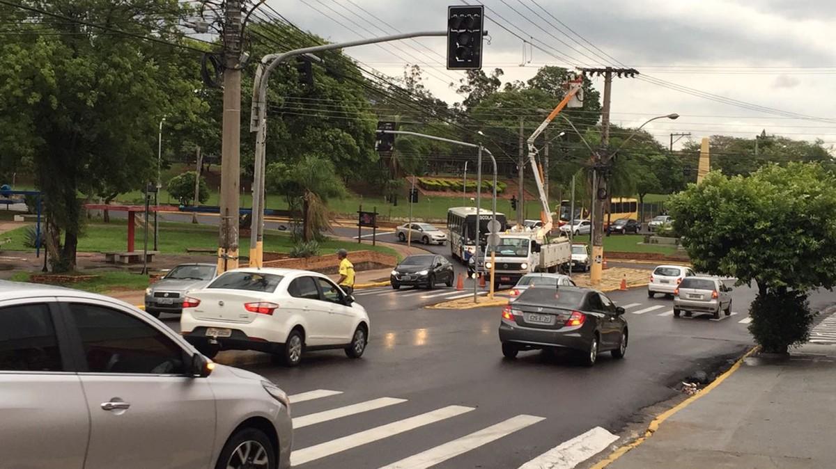 Temporal com chuva de granizo interrompe fornecimento de energia e provoca desligamento de semáforos
