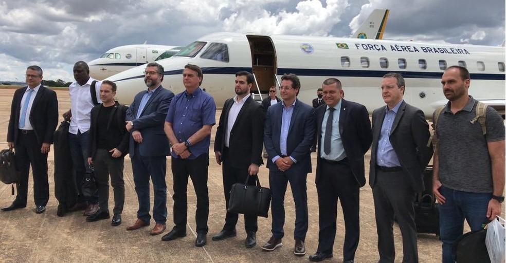 Comitiva oficial do governo Jair Bolsonaro, sem máscara, em embarque para Israel — Foto: Twitter/Reprodução